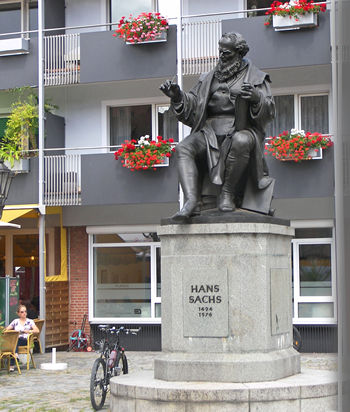 Standbeeld van de Duitse minnezanger en schrijver Hans Sachs (1494-1576) in Nürnberg