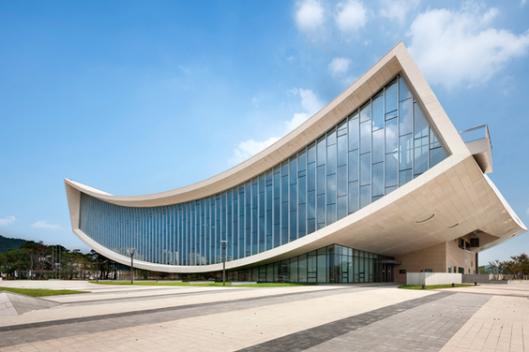 Dependance van de Nationale Bibliotheek van Zuid-Korea in district Seoul. Ontwerp door Samoo Architects and Engineers in de vorm van een boek. Geopend eind 2013.