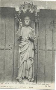 Kathedraal Amiens met beeld van Christus en een boek in zijn linkerhand