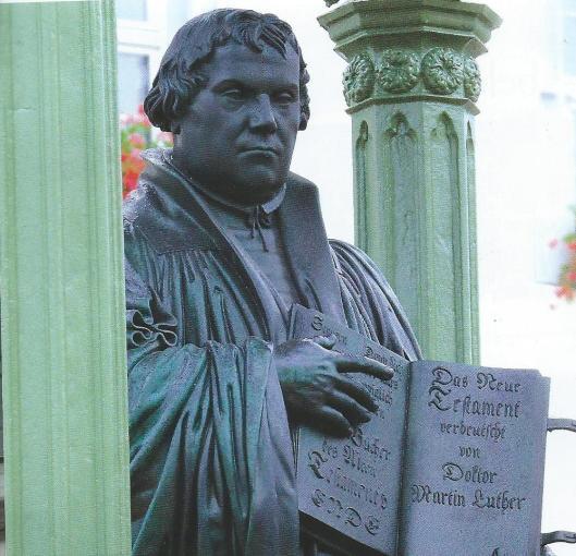 Deel beeld Luther in Wittenberg met bijbelboek