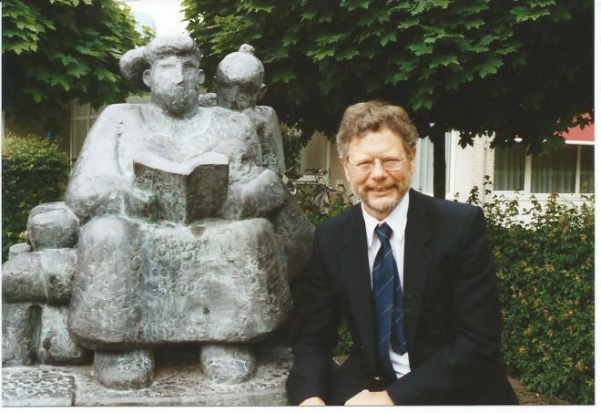 (Voor)lezende moeder met kind. Rechts toenmalig directeur van de Overijsselse Bibliotheek Dienst, een glunderende Henk Middelveld. Deze sculptuur is in 1990 vervaardigd door beeldhouwer Theo Schreurs uit Deventer en staat bij het gebouw van de OBD in Nijverdal