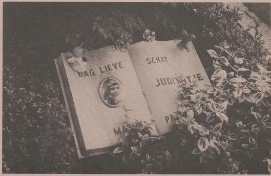 Kindergraf in de vorm van een boek. Uit: Boudewijn Büch: Kindergraven in Nederland (Maatstaf, 1983, nummer 2 -foto Klaas Koppe)
