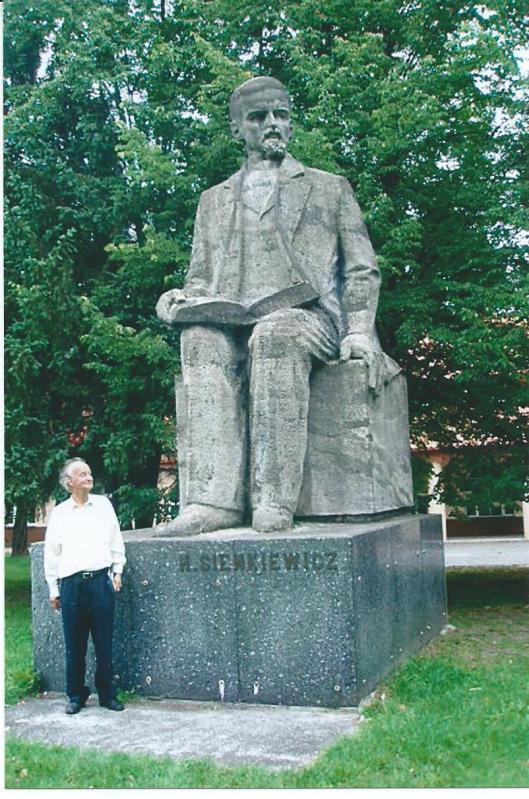 Hans Krol naast het standbeeld van de Poolsenobelprijswinnaar H. Sienkewicz in Czetechowa, 2008