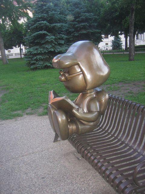 Bronzen beeld van Charles Schultz' Peanuts Marcia and Woodstock, 2004 (Tivoli)