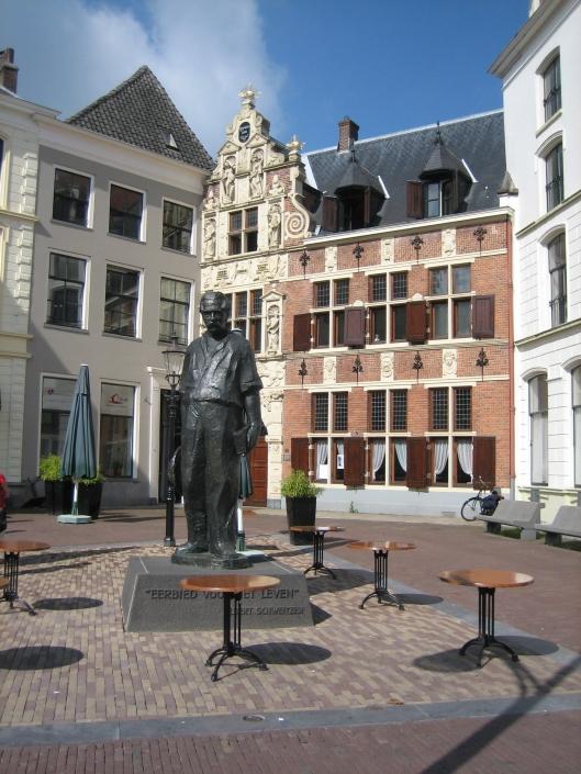Beeld van Albert Schweitzer (1873-1965). Deventer, Brink, voor Albert Schweitzer Centrum, door Pieter de Monchy, 1975