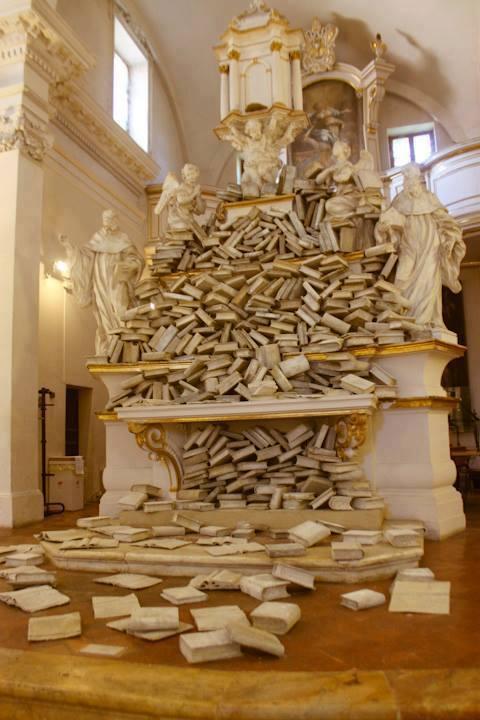 Oude kapel in Siena met sculptuur getransformeerd tot een bibliotheek (Stepanie Parent)