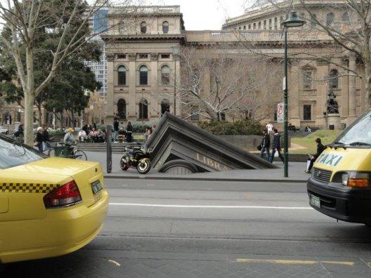 'Sinking library', als kunstwerk geplaatst voor de staatsbibliotheek van Victoria in Melbourne, Australië