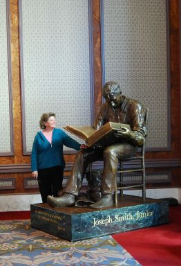 Joseph Smith Jr. lezend in de bijbel. Beeld in Joseph Smith Memorial Building, Salt Lake City, Utah