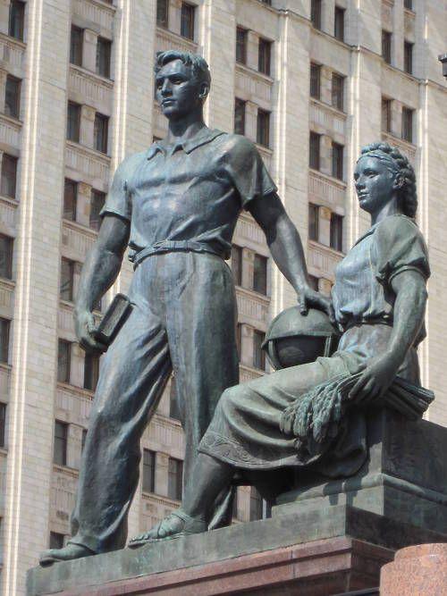 Sovjet sculptuur van modelstudenten bij de staatsbibliotheek der universiteit van Moskou
