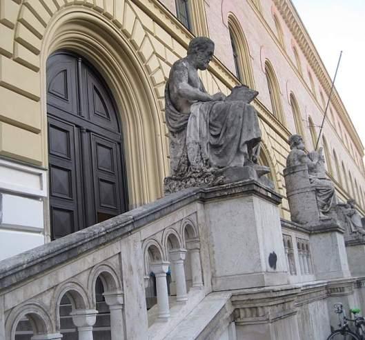 Beelden van figuren uit de klassieke oudheid voor de Bayerische Staatsbibliotheek in München. Vooraan de Griekse historicus Thucydides