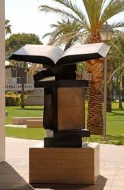 Statue outsite the Santa Clara University Library, Californië, USA (Pinterest)