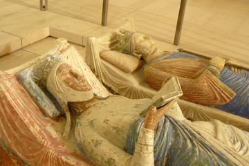 Ruim acht eeuwen oud monument met boek op graf van Aliéna d'Aquitaine, Fontevraud, Frankrijk