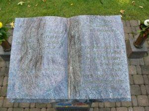 Stenen boek op begraafplaats