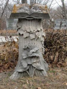Stenen boek op boomstam