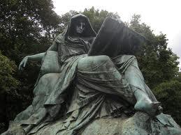 Sybille op rug van een sfinx leest in het boek van de geschiedenis. Bismarck-monument in Berlin-Tiergarten.