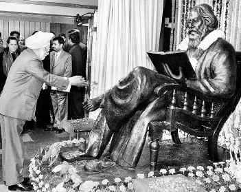 Onthulling door premier M.Singh van een beeld gewijd aan de Indiase dichter etc. Rabindranath Tagore in de Parlementsbibliotheek van New Delhi, 8 december 2005