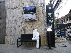 Beeld van een lezer bij bibliotheek in Bangkok, Thailand (Catherine Maire)