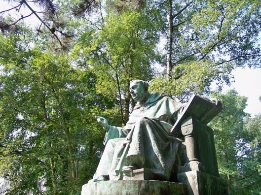 H.Thomas van Aquino (1225-1274). Nijmegen, hoek Wilhelminasingel en Bijleveldsingel voor aula van Katholieke Universiteit. Vervaardigd door August Falise, 1925/1926 (Ted Potters)