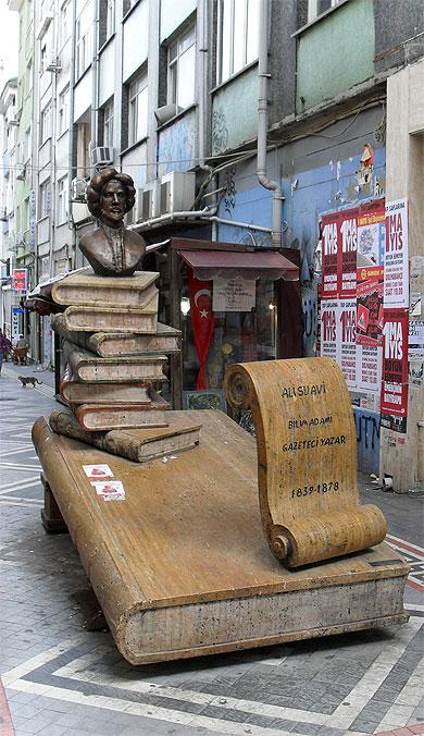 Sculptuur Ali Suavi (1839-1878), een Ottomaanse auteur, in Istanbul (Gulwenn Torrebenn)