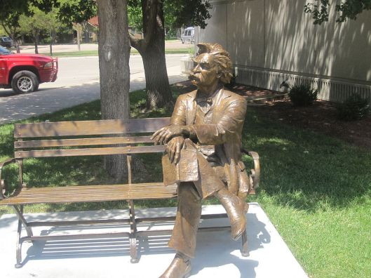 Sculptuur van de Amerikaanse letterkundige Mark Twain bij de Finney County Public Library, in Garden City, Kansas, USA (Wikipedia)