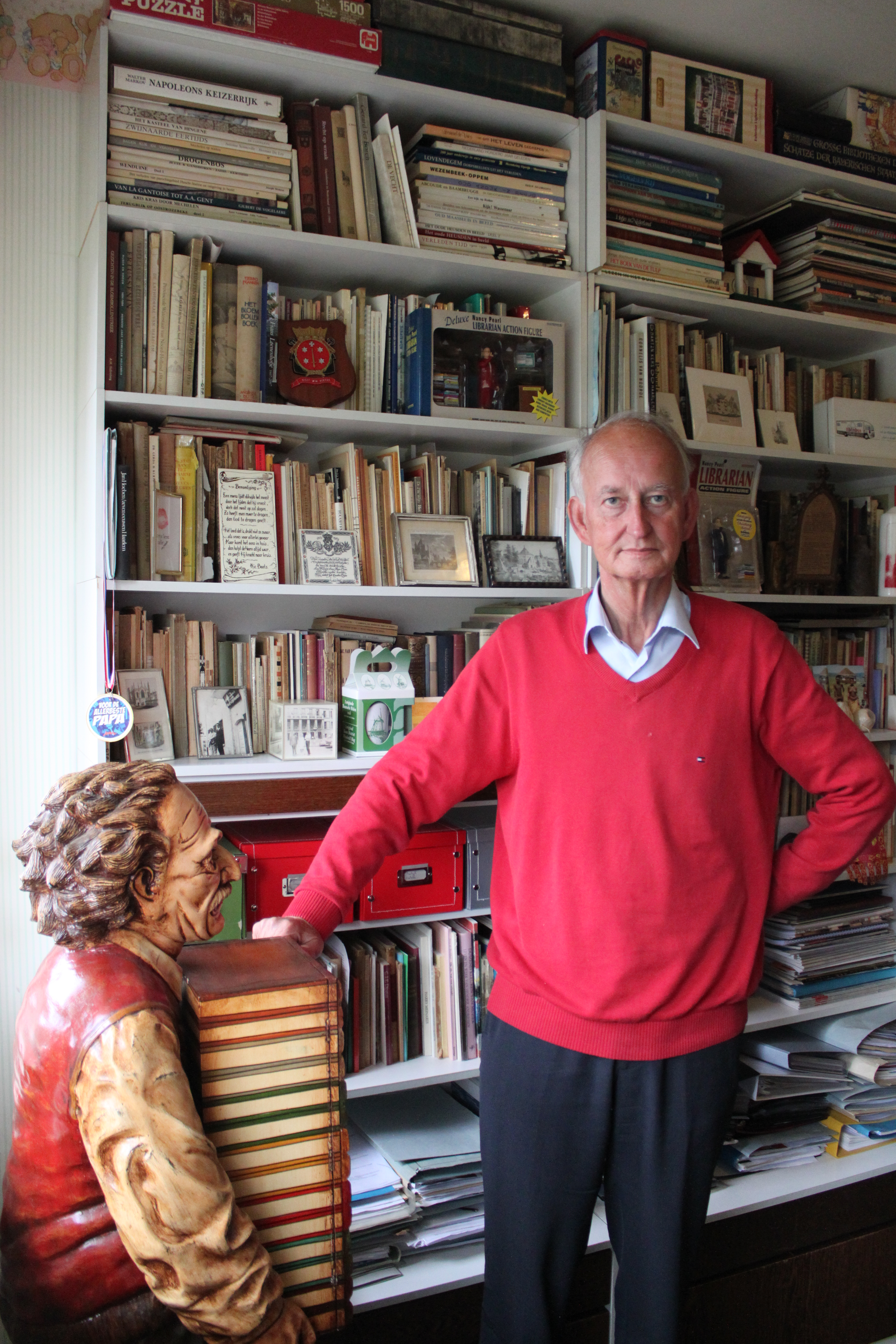 Hans Krol bij sculptuur van de bibliothecaris