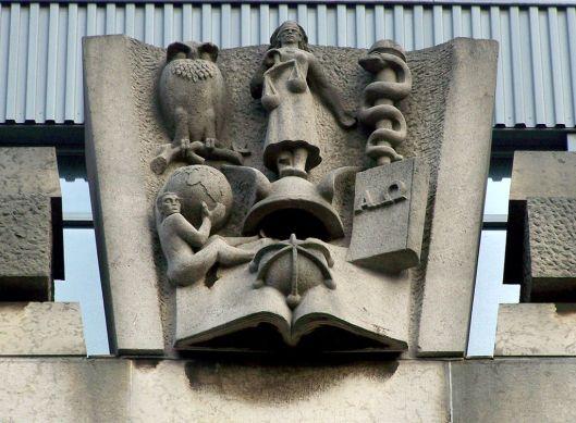 Sculptuur van kennis en wetenschap, afgebeeld op de voorgevel van de Universiteitsbibliotheek van Amsterdam aan het Singel.