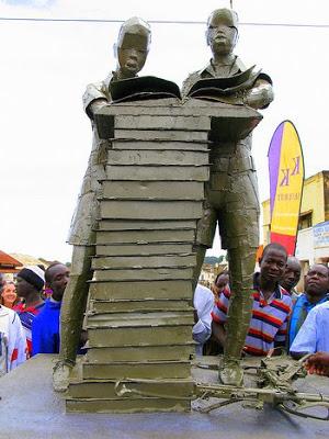 Boekenbeeld in Gulu, Uganda. Monument voor de vrede in 2009 geschonken door de Nederlandse ambassade aldaar (foto Leesbeelden)