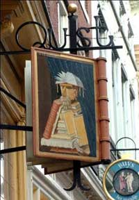 Uithangbord van boekhandel Quist in Bergen op Zoom met afbeelding van 'de bibliothecaris' door Arcimboldo (Boekendingen)