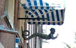 Uithangbord 'de boekenwurm' van boekhandel Huyser in Delft (Boekendingen)