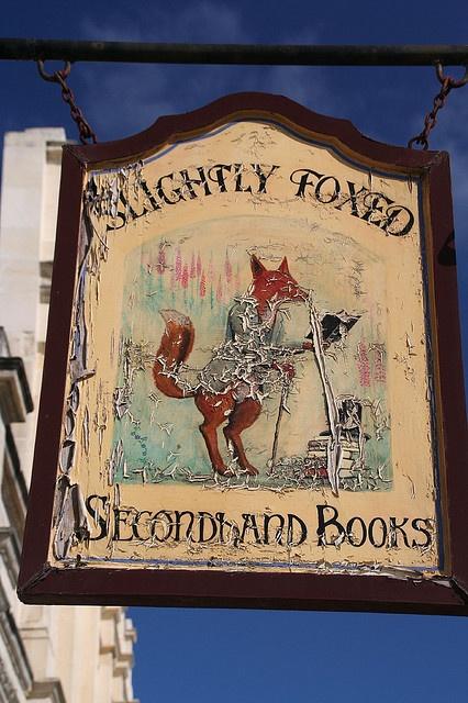 Uniek Brits uithangbord in een winkel met nieuwe en tweedehands boeken