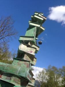 Sculptuur van metalen boeken in Valais, Zwitserland