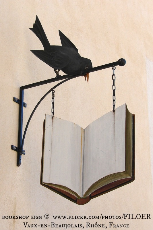 Uithangbord in boekhandel te Vaux-en-Beaujaulais, Frankrijk