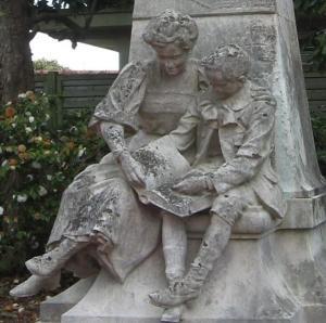 Beeld van Jules Verne en zijn moeder in marmer, Nantes (Improbables Libraries, Improbables Bibliothèques)