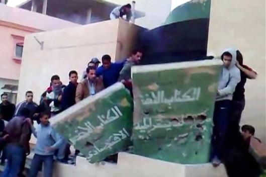Verwijdering van het Groene boek monument van Khadaffi in Tobruk (AFP)