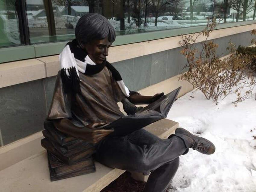 Sculptuur van een lezende jongen. Vernon Area Public Library, geplaatst in herinnering aan directeur Allen Meyer