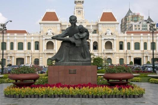 Stenen beeld van president Ho Chi Minh, die een kind voorleest, in Ho Chi Minh Stad, Vietnam