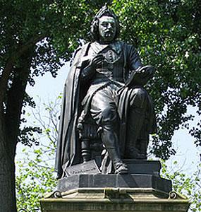 Standbeeld van Joost van den Vondel in het Vondelpark Amsterdam
