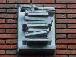 Boeken als gevelsteen in Burgtstraat, Wageningen; door Toon Rijkers 2010