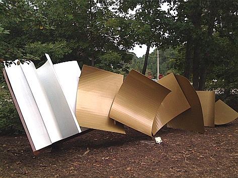 Om het eeuwfeest van e Williamsburg Regional Library te herdenken is deze stalen sculptuur 23 september 2009 geplaatst voor de James City Library, vervaardigd door Cyd Player