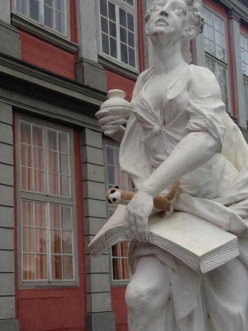 Marmeren beeld bij de Hertog August Bibliotheek van Wolfenbüttel, Duitsland