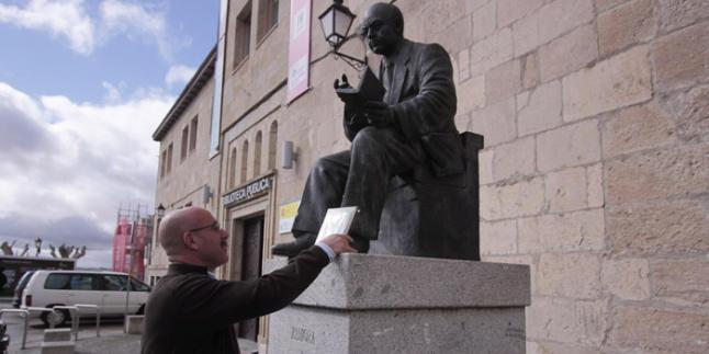 Beeld voorstellende advocaat/politicus Ignacio Sardá voor het gebouw van de openbare bibliotheek in Zamora, Spanje