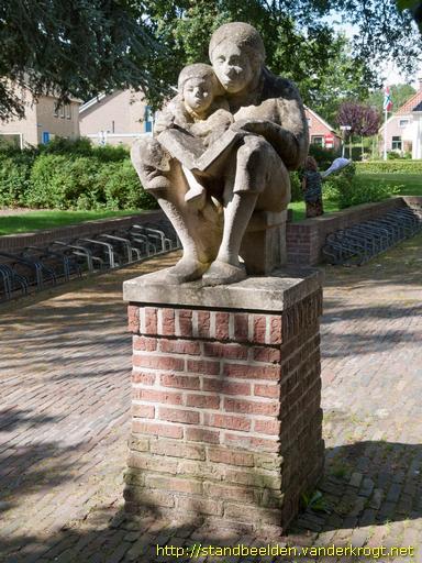 Voorlezende moeder, door Onno de Ruijter, bij bibliotheek Zuidlaren geplaatst