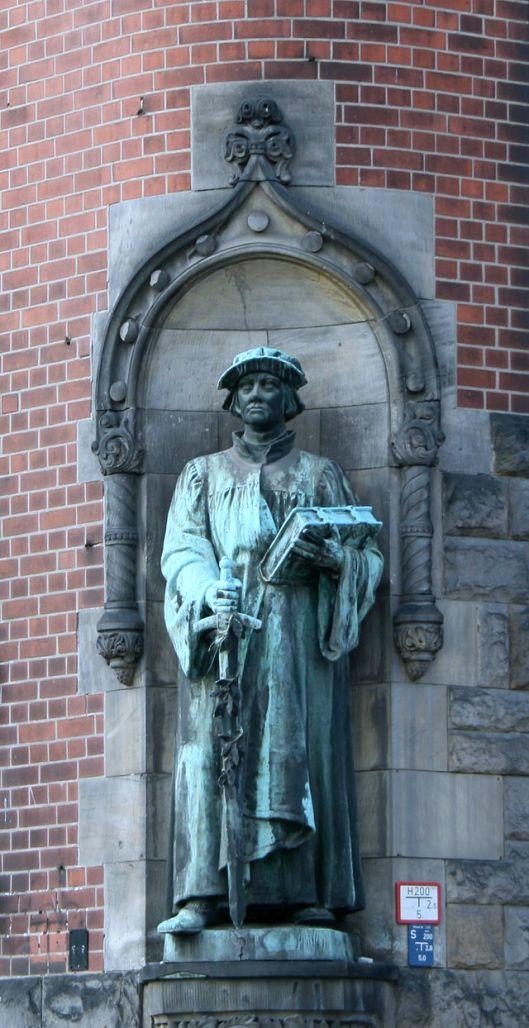 Beeld van kerkhervormer Zwingli bij Zwinglikerk in Berlijn (Wikipedia)