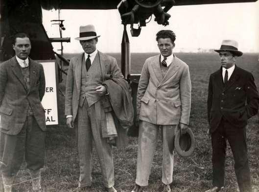 Piloten (in burgerkleding) die voor WO-II de luchtlijn Schiphol - Batavia (Ned.Indië) onderhielden. V.l.n.r. I.A.Aler (chef vliegdienst en van 1954 tot 961 als opvolger van Plesman president-directeur van KLM), I.W.Smirnoff, H.Veenendaal en een onbekende (Het Leven, 1928)