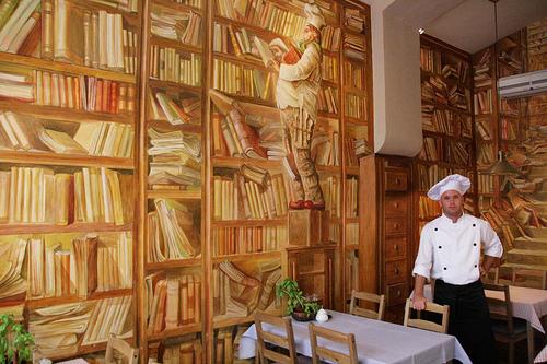 Roos Debrantere uit Kortrijk vond dit restaurant in Krakau, Polen, waar men kan eten onder het motto 'Eet eerst, lees later'.