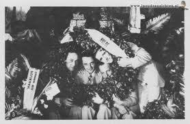 Na aankomst en huldiging 22 december 1933 in Batavia had voor de terugkeer naar Schiphol op 23 december een huldiging plaats in Bandoeng