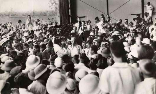 De bemanning van 'de Pelikaan' wordt 22 december 1933 welkom geheten in Batavia