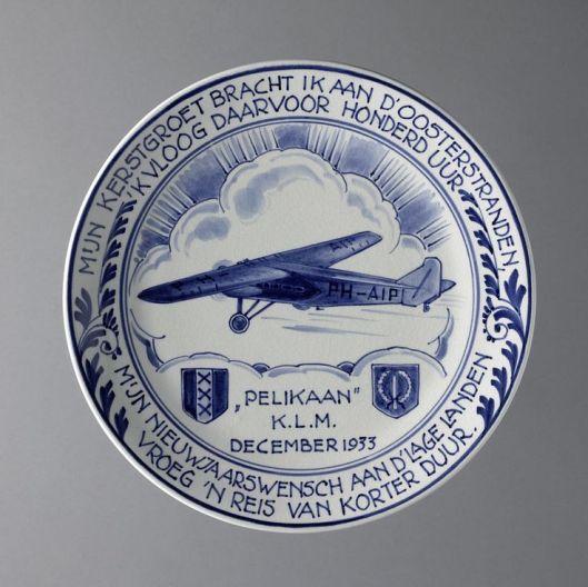 Delfts Blauw herinneringsbord vervaardigd na de recordvlucht van de Pelikaan