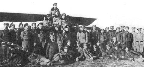 Russische vliegers in oorlogstijd, 1917. Aan de top staat Iwan Smirnoff