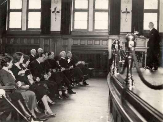 Huldiging met een o.a. een toespraak van generaal Snijders van de 4 helden der Pelikaan-vlucht 1933 begin 1934 in het Koloniaal Instituut (Tropenmuseum) te Amsterdam (Het Leven, Spaarne Photo)